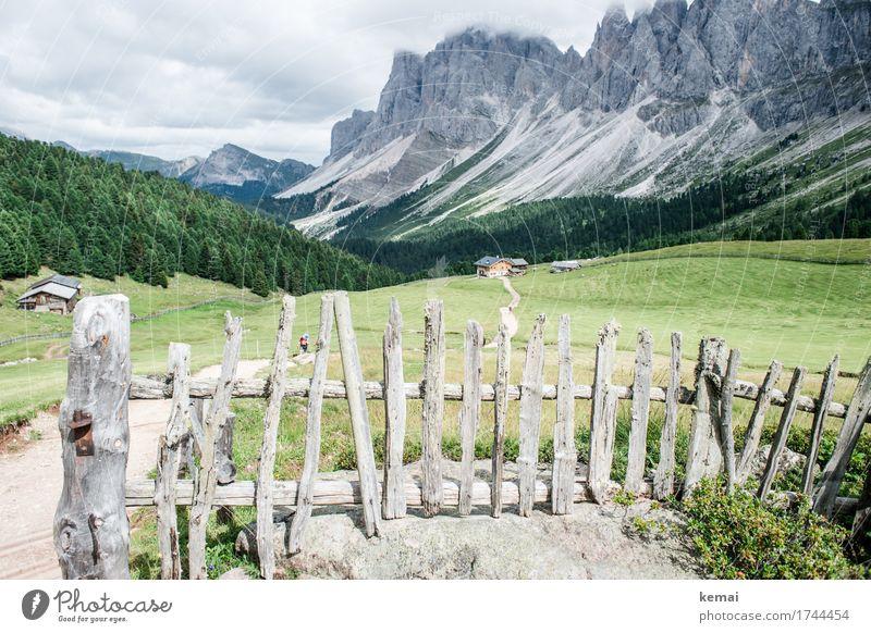 Der Zaun und der Wanderer Natur Ferien & Urlaub & Reisen Sommer grün Landschaft Erholung Wolken ruhig Ferne Berge u. Gebirge Leben Umwelt Tourismus Freiheit