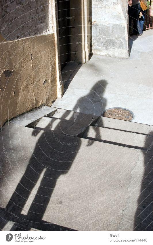 Verlassen Farbfoto Außenaufnahme Tag Schatten Silhouette Mensch Frau Erwachsene Dorf Mauer Wand Treppe Fassade Wege & Pfade Gasse beobachten stehen warten