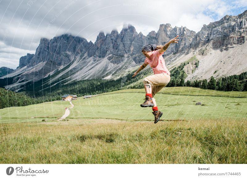 Frau springt in den Bergen Leben harmonisch Wohlgefühl Zufriedenheit Freizeit & Hobby Spielen Ferien & Urlaub & Reisen Ausflug Abenteuer Freiheit