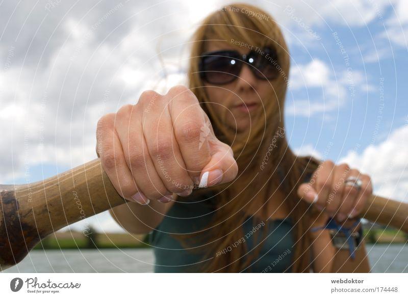 Auf hoher See Frau Mensch Hand Jugendliche Himmel Wolken feminin Haare & Frisuren Kopf Luft Wasserfahrzeug Zufriedenheit Kraft Erwachsene Horizont