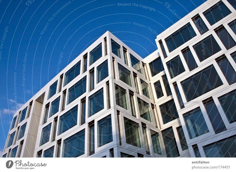 Viel Spaß beim Putzen Himmel blau weiß Sommer Fenster Architektur grau Fassade modern Glas Perspektive ästhetisch Schönes Wetter Sauberkeit Wolkenloser Himmel Bankgebäude