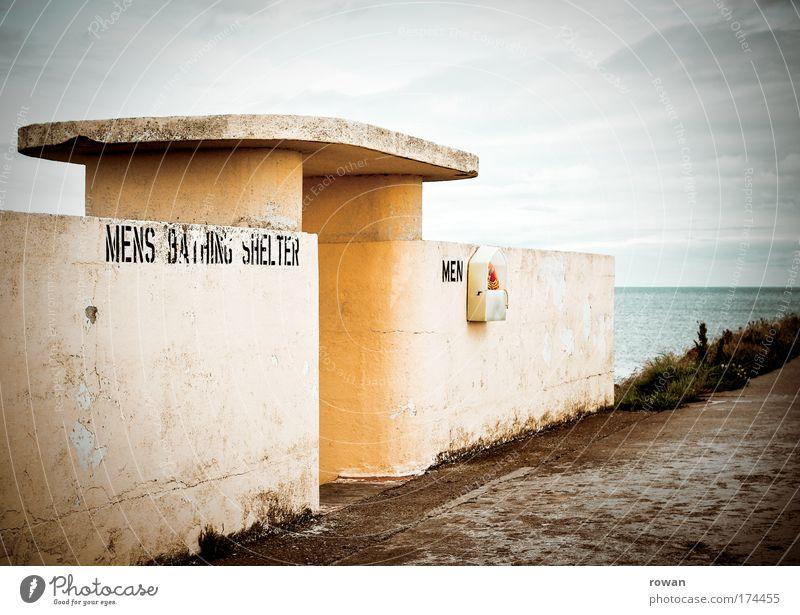 badebunker Mann alt Meer Strand Ferien & Urlaub & Reisen gelb kalt Küste Architektur Beton leer retro trist Schriftzeichen kaputt Schwimmen & Baden