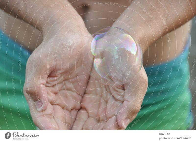 Kumpelblase blau Hand grün Finger Badehose Junger Mann