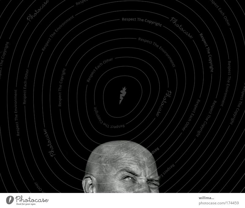 skeptisch blickender Mann mit Glatze vor schwarzem hintergrund Erwachsene Kopf Sorge Angst Zukunftsangst Stress Unglaube Eifersucht Misstrauen Ärger Erwartung