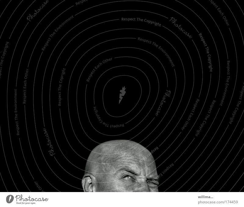 zweifelnder Mann mit Glatze schwarz Erwachsene Auge Kopf Angst Perspektive Textfreiraum Zukunft planen Todesangst Platzangst Zukunftsangst Vertrauen