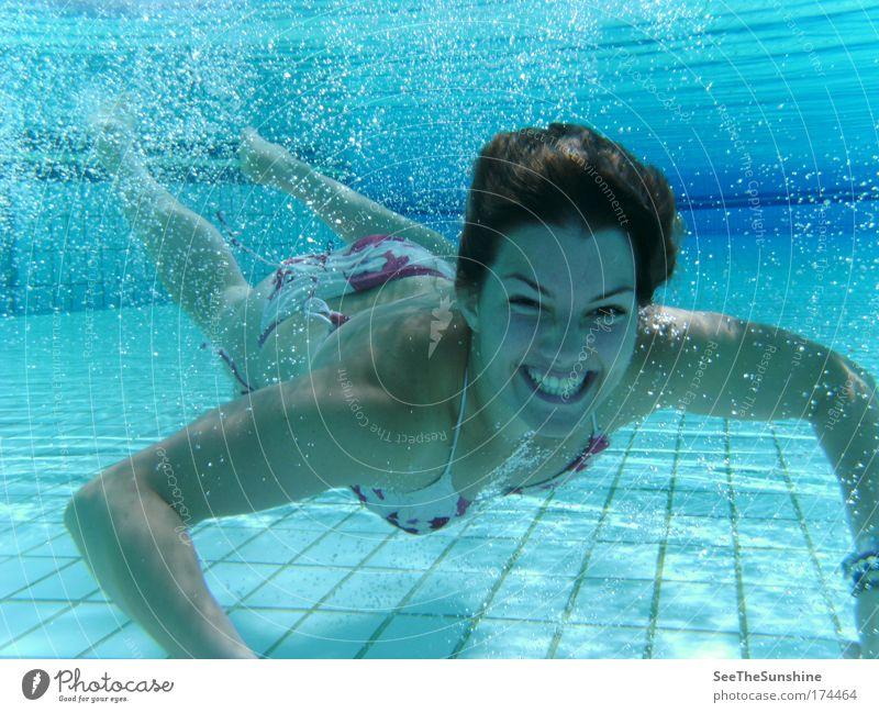 Ein Glücksmoment. Farbfoto Unterwasseraufnahme Sonnenlicht Blick in die Kamera Freude harmonisch Wohlgefühl Zufriedenheit feminin Junge Frau Jugendliche Bikini