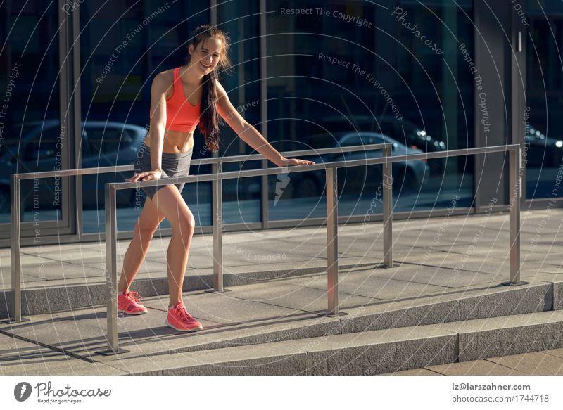 Lächelnde geeignete junge Frau, die Übungen ausdehnend tut Mensch Jugendliche Sommer 18-30 Jahre Erwachsene Sport Lifestyle feminin Glück Aktion Fitness