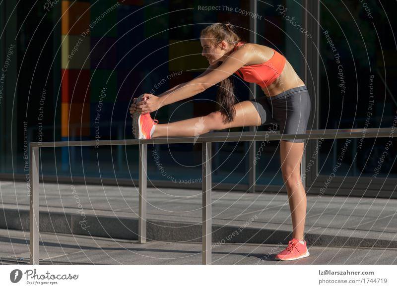 Lächelnde geeignete junge Frau, die Übungen ausdehnend tut feminin Junge Frau Jugendliche Erwachsene 1 Mensch 18-30 Jahre Gesundheit strecken Fitness