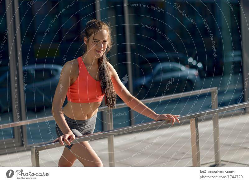 Geeignete junge Frau, die Übungen ausdehnend tut Lifestyle Glück Sommer Sport feminin Erwachsene 1 Mensch 18-30 Jahre Jugendliche brünett Fitness Lächeln dünn