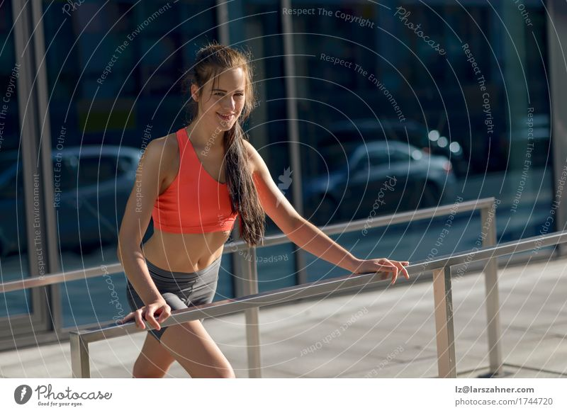 Mensch Frau Jugendliche Sommer 18-30 Jahre Erwachsene Sport Lifestyle feminin Glück Aktion Lächeln Fitness Bürgersteig dünn brünett