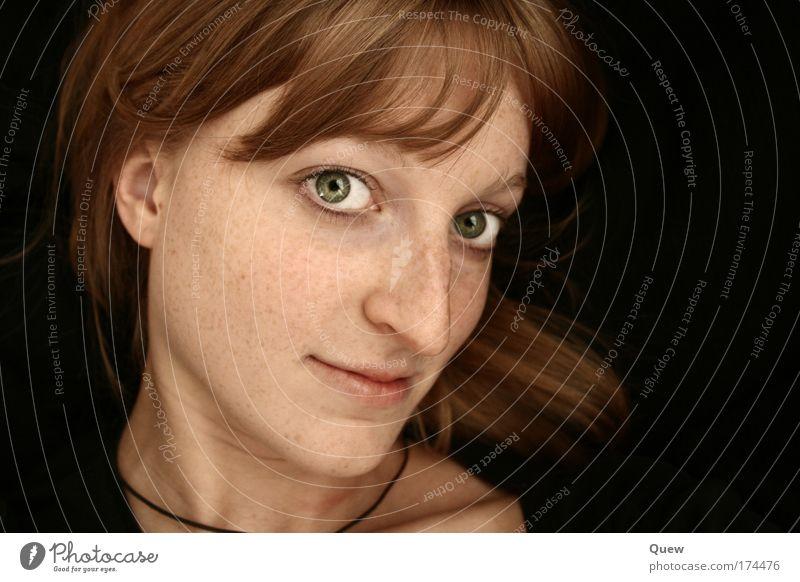 Carina Farbfoto Innenaufnahme Studioaufnahme Hintergrund neutral Kunstlicht Schatten Kontrast Zentralperspektive Porträt Blick Blick in die Kamera Mensch