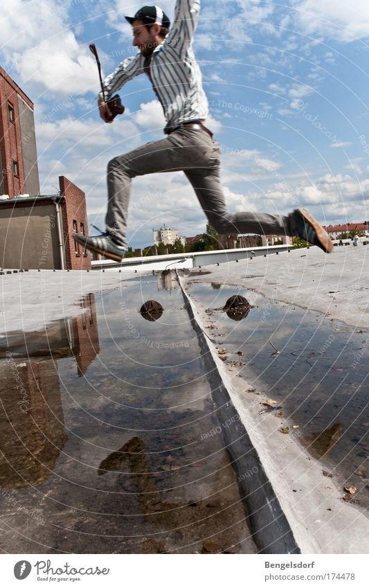 wasserscheu Mensch Himmel Jugendliche Wasser Stadt Wolken Erwachsene Wand Spielen Bewegung springen Mauer Freizeit & Hobby Mann Fassade rennen
