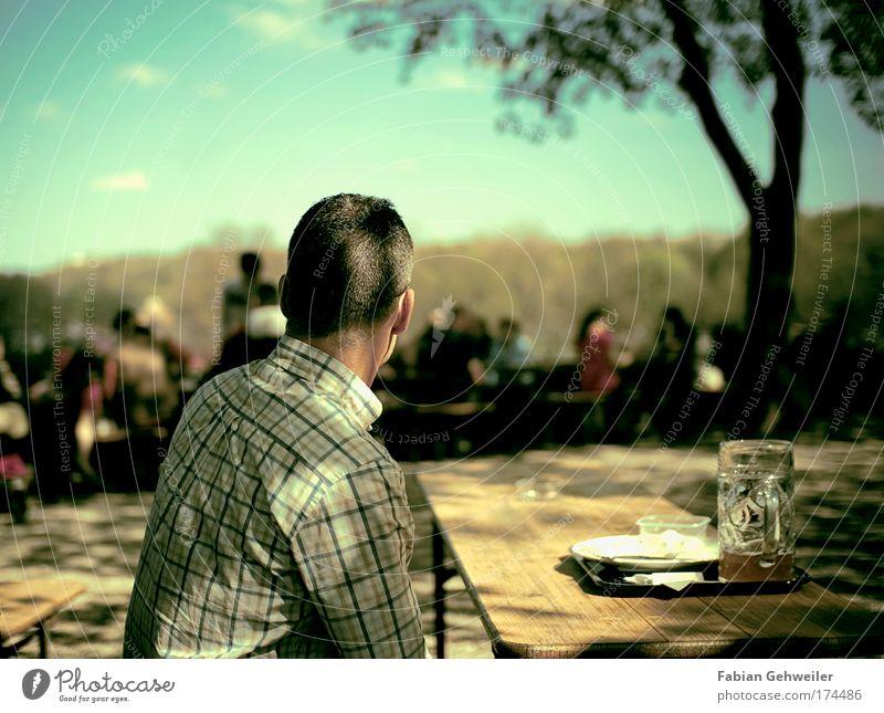 watching the last supper Mensch Mann Einsamkeit ruhig Erwachsene Leben Denken Stimmung Zeit Rücken sitzen Freizeit & Hobby maskulin beobachten einfach Bier