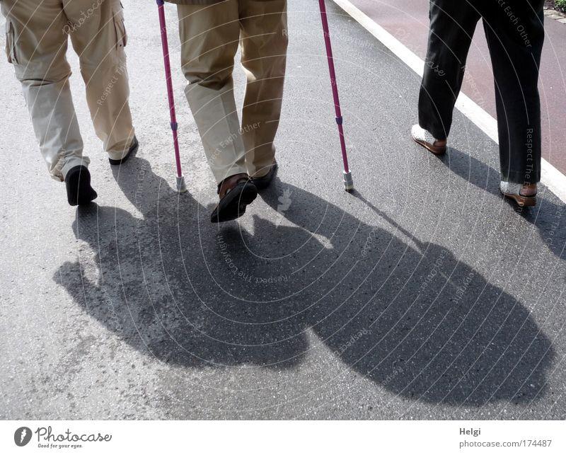 AST-Vorschau Mensch Frau Mann alt schwarz Senior Bewegung grau Wege & Pfade Beine Fuß Schuhe gehen maskulin Bekleidung Hoffnung