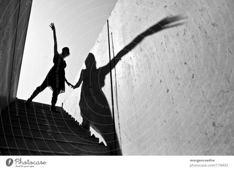Der Wanderer und sein Schatten II Schwarzweißfoto Außenaufnahme Sonnenlicht Mensch feminin Junge Frau Jugendliche Erwachsene Arme Hand 1 18-30 Jahre