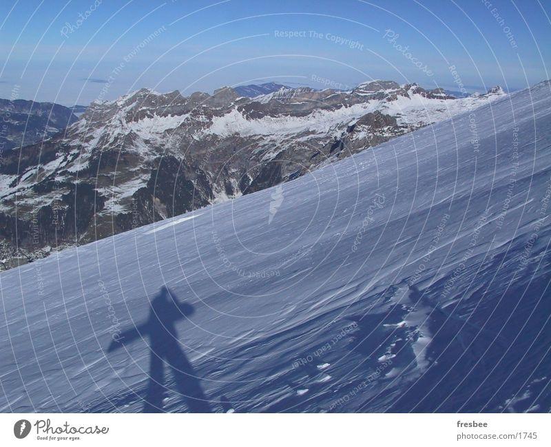 boarder Berge u. Gebirge Schnee Schönes Wetter Alpen Schneebedeckte Gipfel aufwärts tragen Berghang Snowboard Winterurlaub Schneedecke Winterstimmung