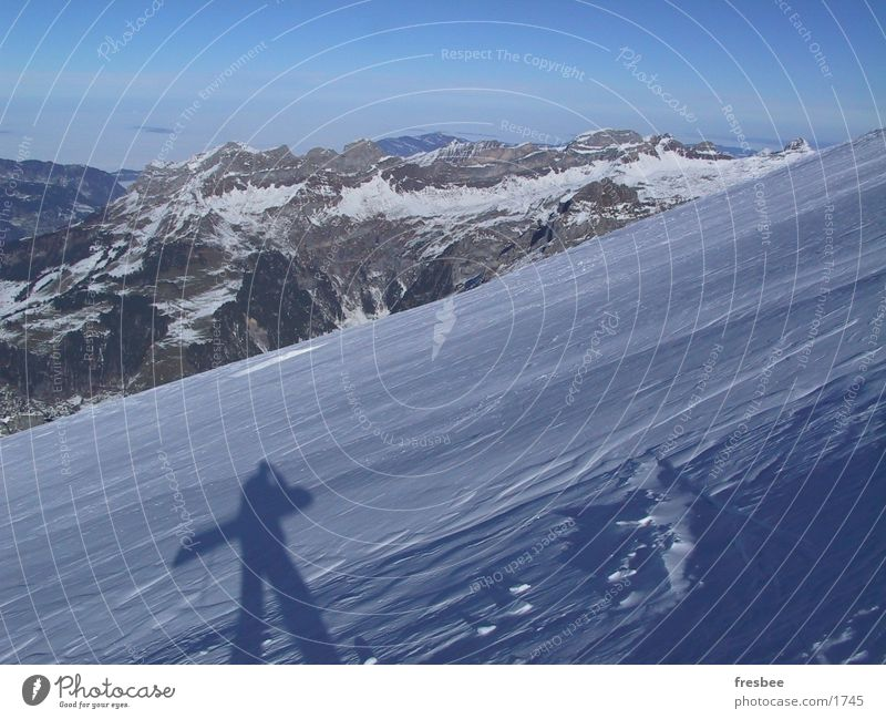 boarder Snowboard Schnee Alpen Berge u. Gebirge Schneebedeckte Gipfel Schatten Schneedecke tragen aufwärts Snowboarder Winterurlaub Berghang Panorama (Aussicht)