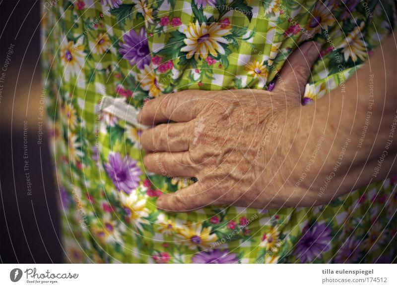 kittelschürze Farbfoto Außenaufnahme Weiblicher Senior Frau Großmutter Hand 1 Mensch 60 und älter Arbeitsbekleidung Kittel warten alt authentisch natürlich