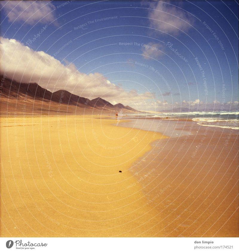 hinterm horizont Mensch Meer Sommer Strand Wolken Erholung Fuerteventura Wellen Horizont Europa Insel Bad Afrika wild Schönes Wetter Mittelformat