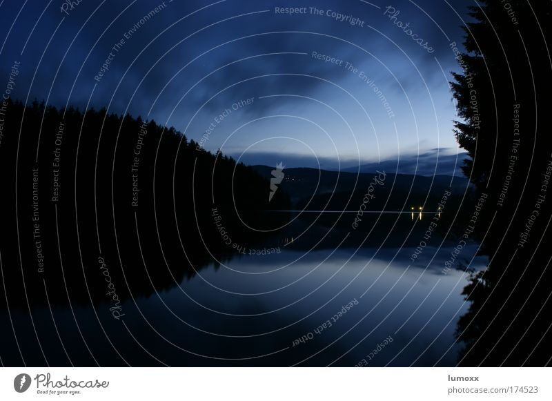 mystic lake Natur Wasser Himmel Wolken Baum Wald Seeufer dunkel Flüssigkeit natürlich blau schwarz Sicherheit Geborgenheit ruhig mystisch Farbfoto Außenaufnahme