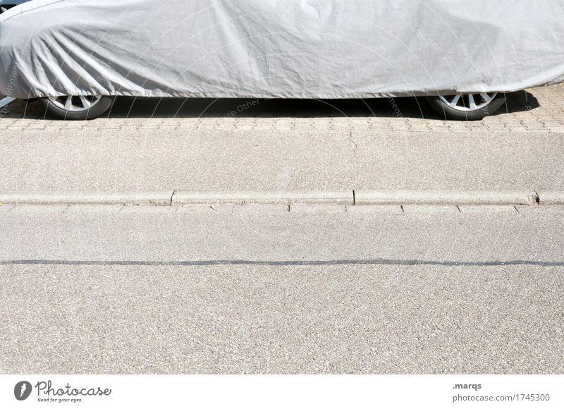 Zugedeckt Verkehr Verkehrsmittel Personenverkehr Autofahren Straße PKW Reifen stehen einfach grau parken Hülle Verpackung Schutz Schutzhülle Farbfoto