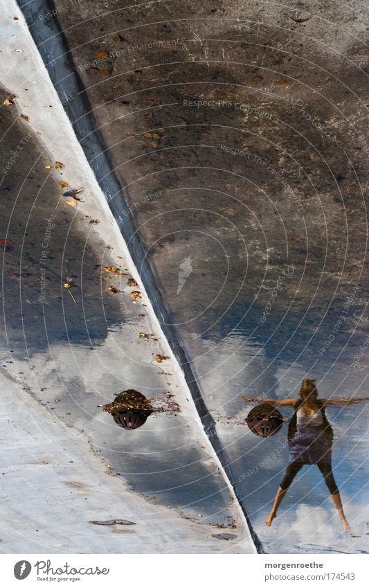 superwoman Mensch Frau Himmel Jugendliche blau Wasser Wolken schwarz Erwachsene feminin grau springen Luft elegant Dach 18-30 Jahre