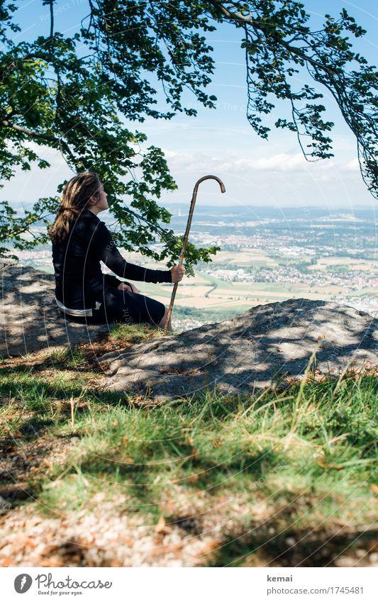 Inne halten (und den Stock) Mensch Frau Natur Ferien & Urlaub & Reisen Landschaft Erholung ruhig Ferne Erwachsene Leben Umwelt Lifestyle feminin Gras Freiheit