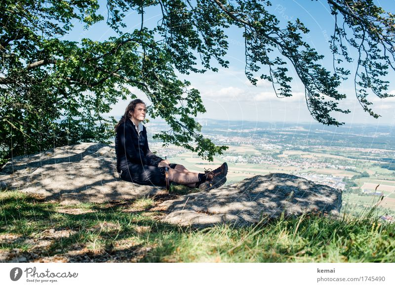 Zufriedene Wandererin Mensch Jugendliche Junge Frau Landschaft Baum Erholung ruhig Ferne Berge u. Gebirge Erwachsene Leben Lifestyle feminin Freiheit Felsen
