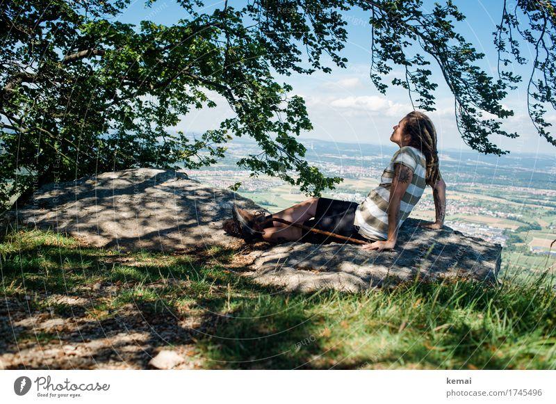 Zufriedenheit. Frau Mensch Sommer Baum Erholung ruhig Erwachsene Wärme Leben feminin Glück Freiheit Felsen Ausflug Freizeit & Hobby