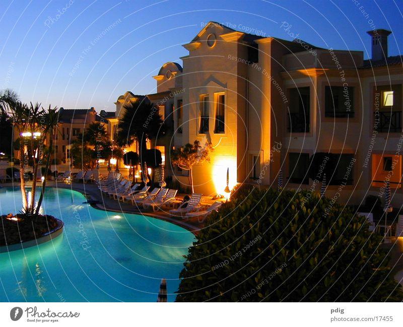 Aquamarina Sonnenuntergang Schwimmbad dunkel Architektur beleuchtetes Gebäude Kontrast blau Wasser