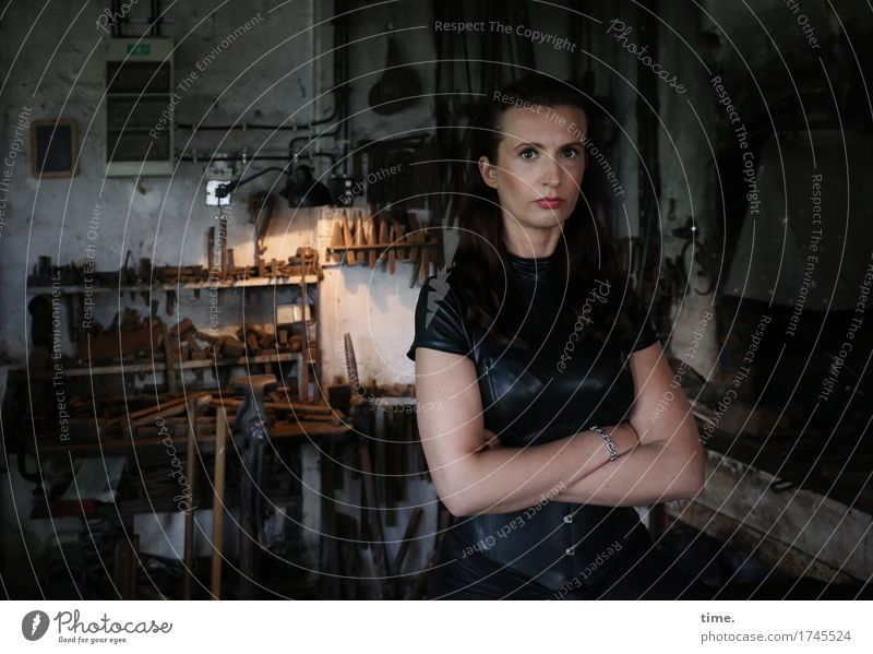 . Arbeitsplatz Schmiede Werkstatt Handwerk feminin 1 Mensch Kleid brünett langhaarig beobachten Denken Blick warten schön selbstbewußt Coolness Kraft
