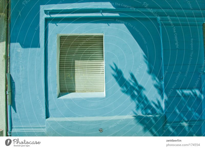 Blau Sonne blau Sommer Haus Wand Fenster Fassade geschlossen Ladengeschäft Handel Partnerschaft Mieter Stadthaus Vermieter Schaufenster