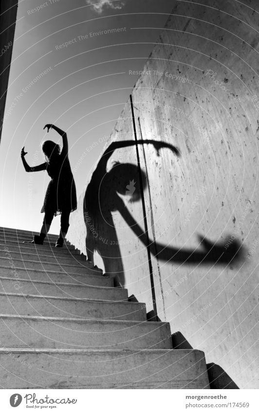 Der Wanderer und sein Schatten III Mensch Jugendliche schön Himmel weiß schwarz feminin Spielen Kunst Erwachsene Arme Treppe Aktion Freizeit & Hobby Bild