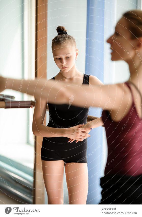 Ballerina, die den Boden betrachtet Mensch Frau Jugendliche Mädchen Erwachsene Schule 13-18 Jahre Tanzen Studium Etage Fürsorge vertikal Lehrer Balletttänzer