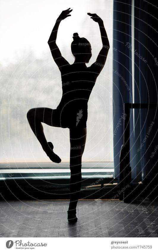 Ballerina Silhouette tanzen in schwarz und weiß elegant schön Tanzen Studium Mensch Mädchen 1 13-18 Jahre Jugendliche Tänzer Balletttänzer Einsamkeit Pose