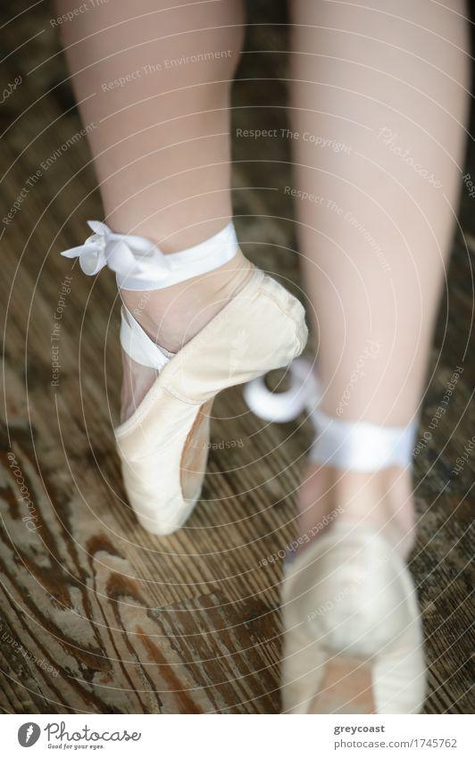 Ballerina Beine auf Zehenspitzen tragen Ballettschuhe elegant schön Studium Mädchen Fuß 1 Mensch 13-18 Jahre Jugendliche Tänzer Balletttänzer Schuhe Tanzen