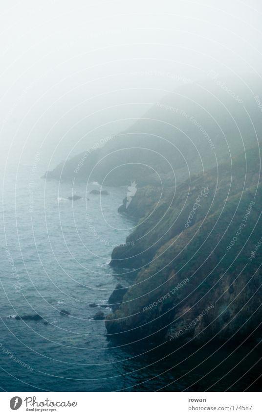 neblig Natur Wasser Meer dunkel kalt Berge u. Gebirge Regen Landschaft Wellen Küste Nebel Wetter Umwelt Felsen Klima Hügel