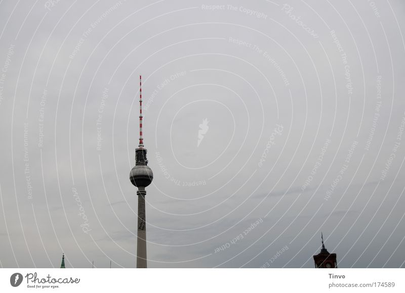 Berliner Spitzen grau hoch außergewöhnlich trist Turm dünn Stadtzentrum Berlin-Mitte Sehenswürdigkeit Hauptstadt Antenne schlechtes Wetter Gewitterwolken