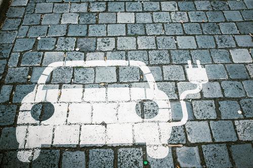 *3.900* Stromfresser Straße Umwelt lustig klein Verkehr PKW Energiewirtschaft modern Zukunft Idee Klima Elektrizität Wandel & Veränderung Kabel neu