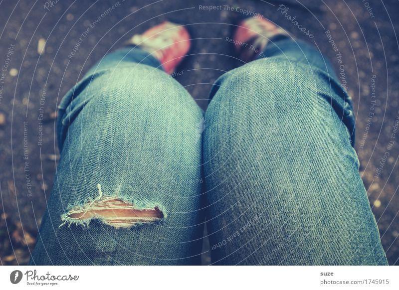 Zwei Knieä Jugendliche blau Beine Mode modern Schuhe kaputt Coolness Hose Jeanshose Jeansstoff