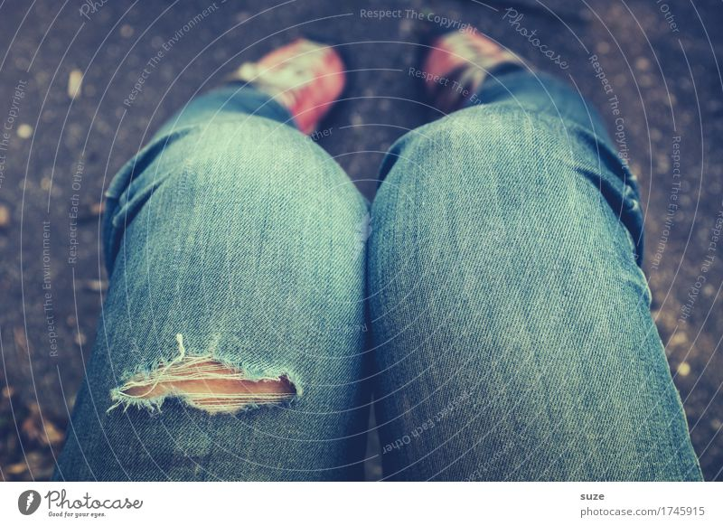 Zwei Knieä Lifestyle Stil Freizeit & Hobby Junge Frau Jugendliche Leben Beine Fuß 1 Mensch 18-30 Jahre Erwachsene Mode Hose Jeanshose Schuhe Coolness frech