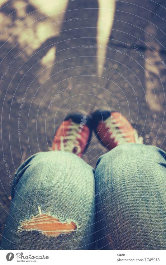 Ähm Jah-nee-doch Lifestyle Stil Freizeit & Hobby Mensch Junge Frau Jugendliche Erwachsene Beine Fuß Mode Hose Jeanshose Schuhe Coolness frech trendy kaputt
