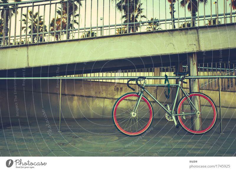 Zweirad Wege & Pfade Sport Lifestyle Freizeit & Hobby Fahrrad stehen retro Kultur Fahrradfahren Jugendkultur Fußweg Geländer Spanien Treppengeländer Barcelona