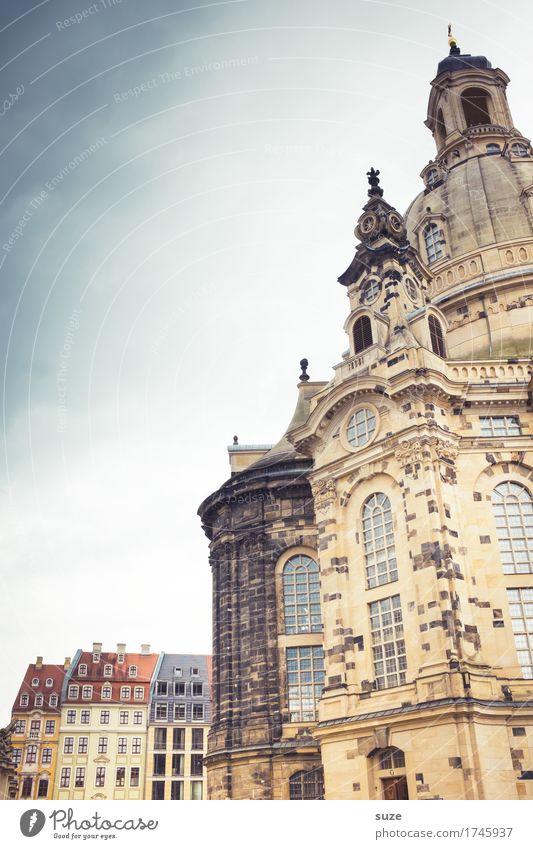 Frau und Kinder Tourismus Sightseeing Städtereise Kunstwerk Kultur Himmel Stadt Kirche Bauwerk Architektur Sehenswürdigkeit Wahrzeichen Denkmal Zeichen alt