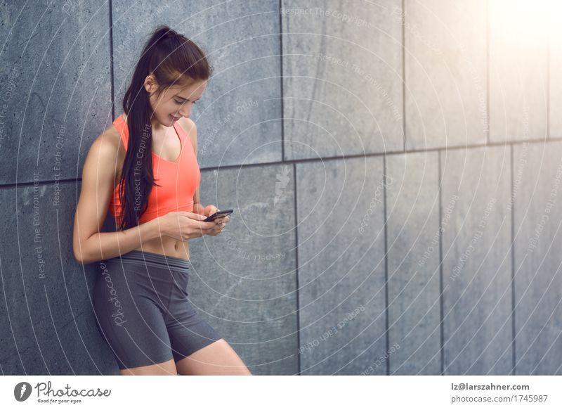 Mensch Frau Jugendliche Sommer Junge Frau 18-30 Jahre Gesicht Erwachsene Wärme feminin Textfreiraum modern stehen Lächeln Fitness Telefon