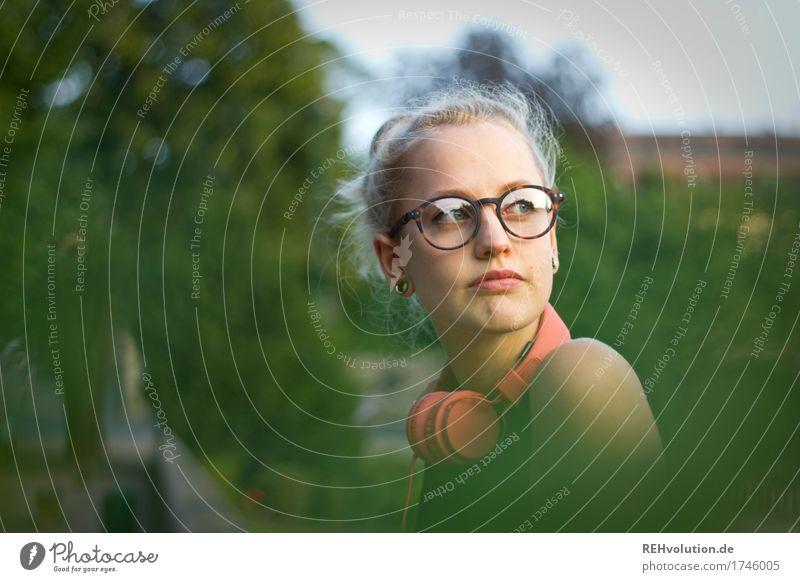 Alexa | Cityhipster Lifestyle Stil schön Freizeit & Hobby Mensch feminin Junge Frau Jugendliche Erwachsene Gesicht 1 18-30 Jahre Musik hören Umwelt Natur Baum