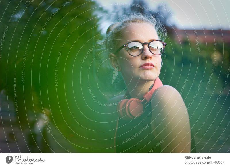 Alexa   Cityhipster Lifestyle Stil Mensch feminin Junge Frau Jugendliche Erwachsene Gesicht 1 18-30 Jahre Medien Umwelt Natur Park Kleinstadt Brille