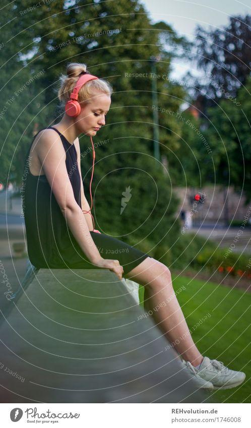 Alexa | Cityhipster Mensch feminin Junge Frau Jugendliche 1 18-30 Jahre Erwachsene Musik hören Kopfhörer Medien Umwelt Natur Sommer Baum Stadt Stadtzentrum Park