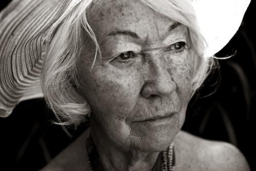 bovary Schwarzweißfoto Außenaufnahme Experiment Porträt Wegsehen feminin Großmutter Senior 1 Mensch 60 und älter beobachten Blick alt schön Vorsicht