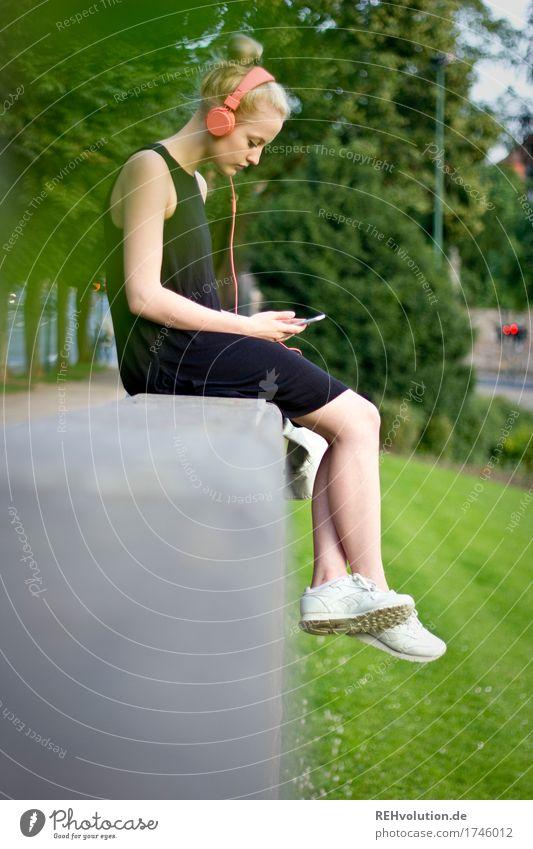 Alexa . Cityhipster Lifestyle Stil Freizeit & Hobby Handy PDA Mensch feminin Junge Frau Jugendliche Erwachsene 1 18-30 Jahre Musik hören Medien Neue Medien Park